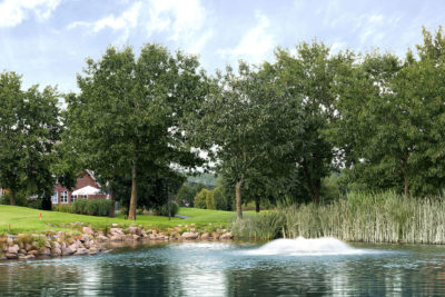 Clubhaus-mit-Wasser-verden